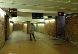 Paso subterraneo para acceder a los andenes franceses.
