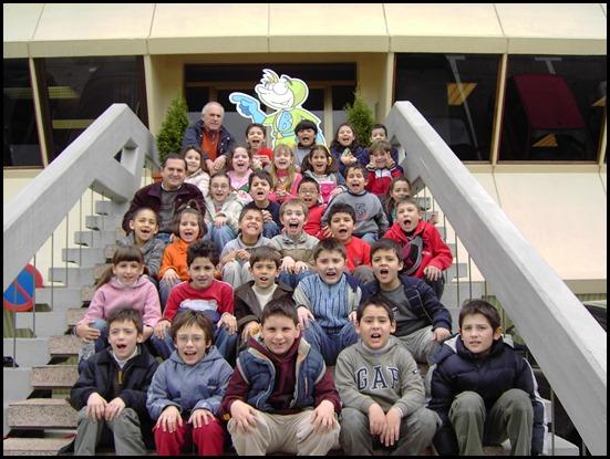Bussy y los niños de un centro de enseñanza